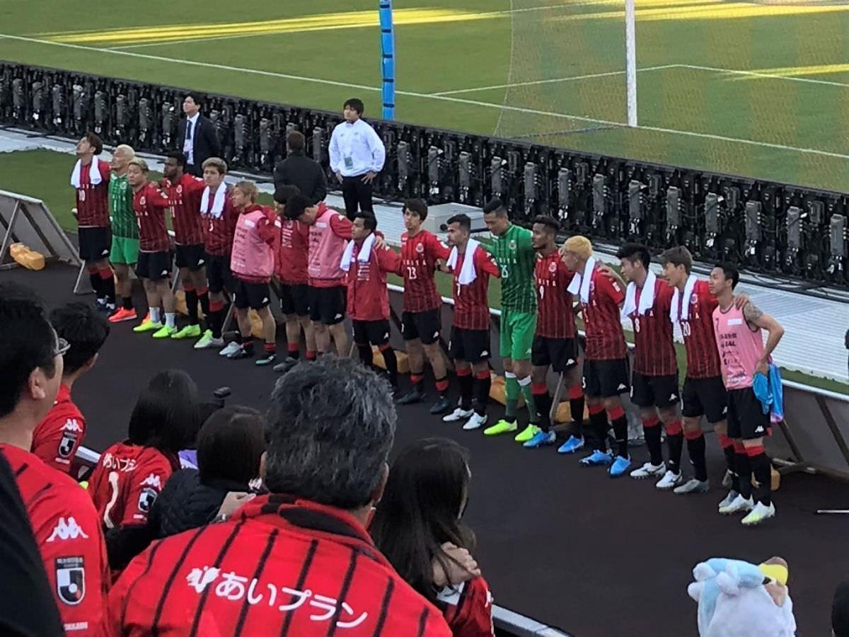 写真:試合後、勝利の挨拶にきてくれた選手たち
