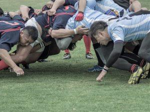 写真:ラグビーのスクラムイメージ
