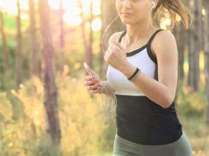 写真:音楽を聴きながらジョギングのイメージ