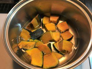 写真:かぼちゃを鍋に入れ、水を入れたところ