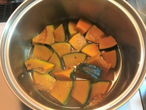 写真:かぼちゃが煮えたところ