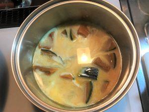 写真:鍋に豆乳を投入