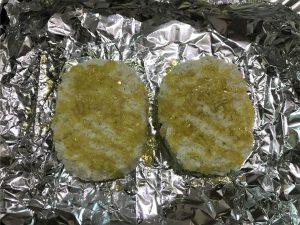 写真:焼く前の「おとなのコロッケ アンチョビポテト味」に油をかけたところ