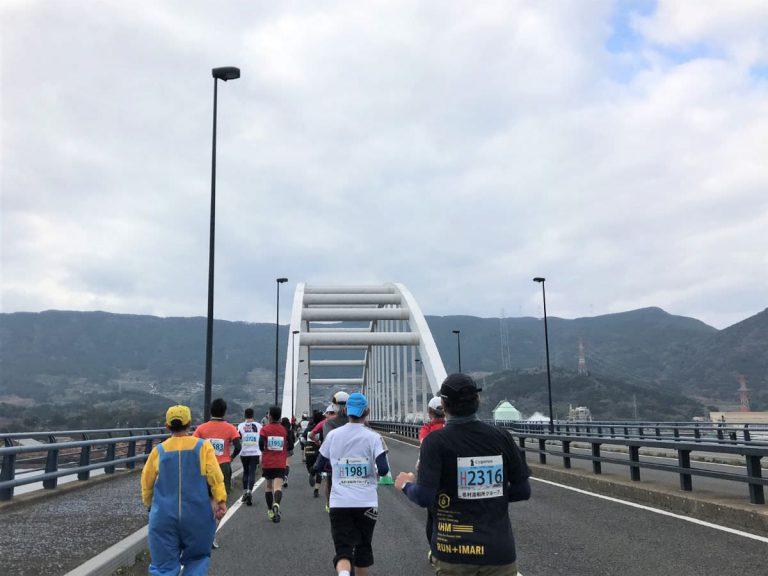 写真:伊万里ハーフマラソン 伊万里大橋を抜けるコース