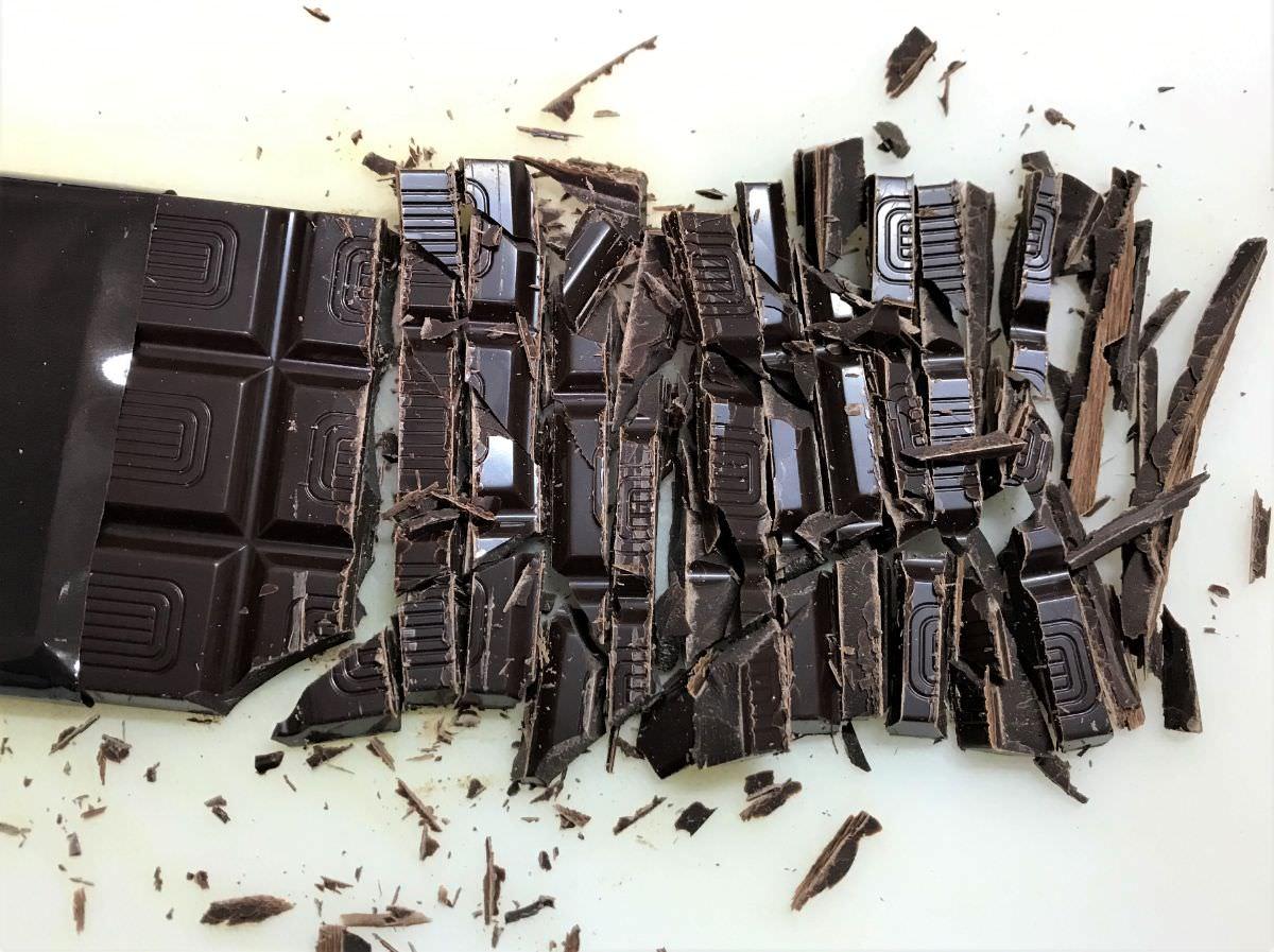 写真:チョコレートを刻むところ