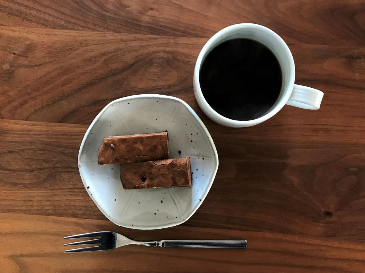 写真:バレンタインのおやつ。ブラウニーとコーヒー