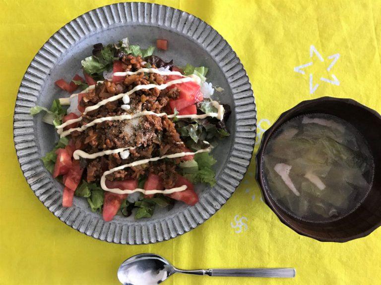 写真:ロコモコ丼?タコライス?風のどんぶりとスープ
