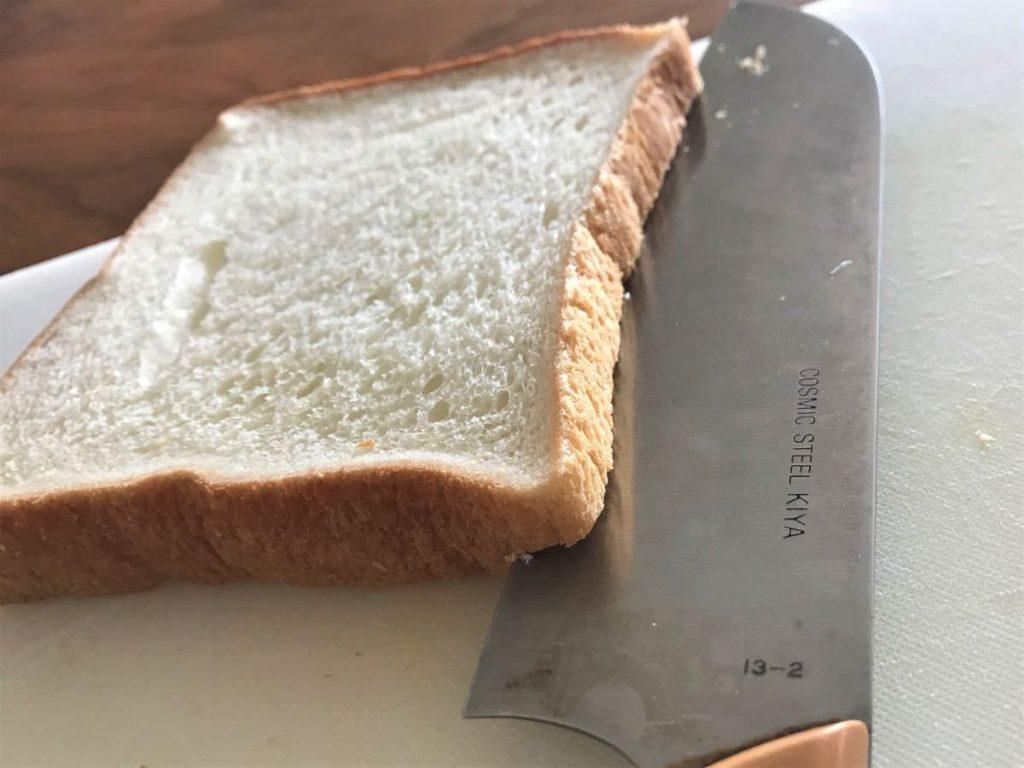 写真:パンの耳4辺に切れ目を入れる