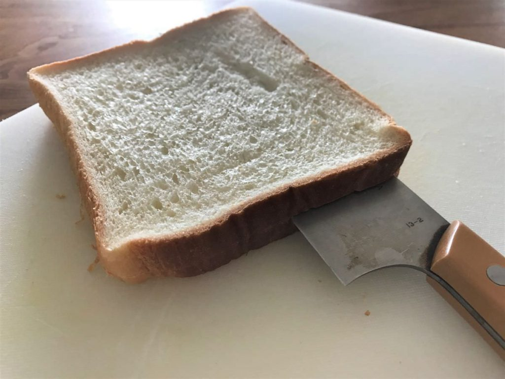 写真:パンの厚みを半分にスライスする