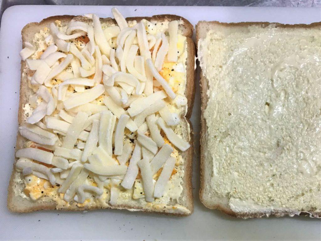 写真:卵とチーズのホットサンドを作ります