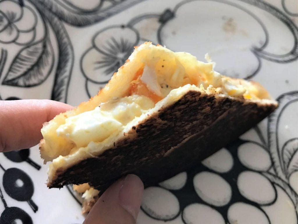 写真:10枚切りパンのホットサンドはサクサクでおいしい!