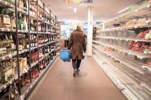 写真:スーパーでの買い物イメージ