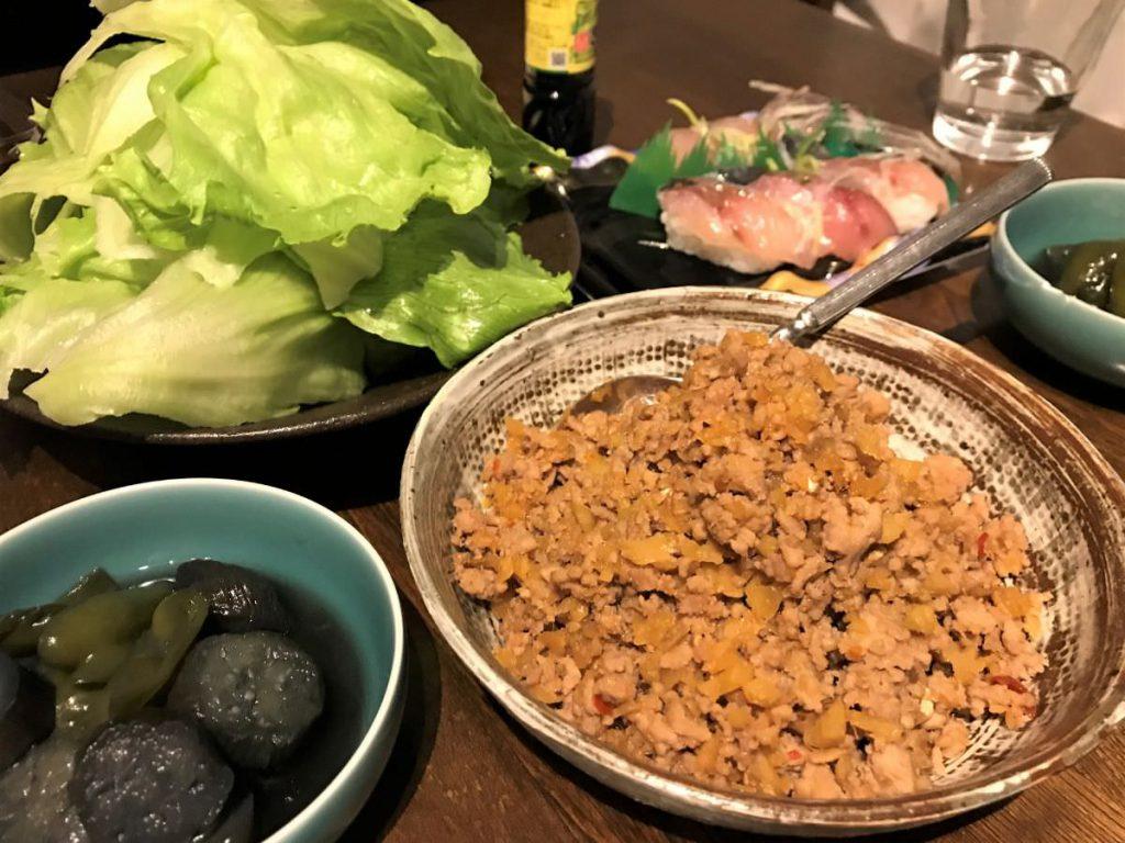 写真:生姜のそぼろと大量レタスの夕食