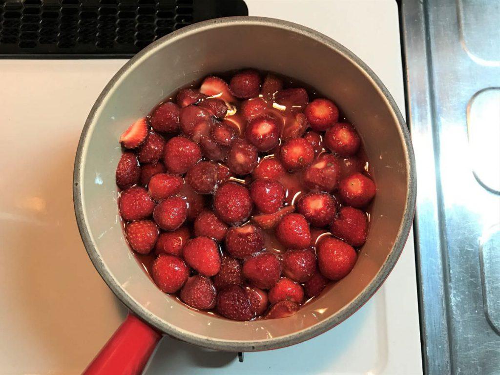 写真:いちごジャム。琺瑯鍋で煮始めます