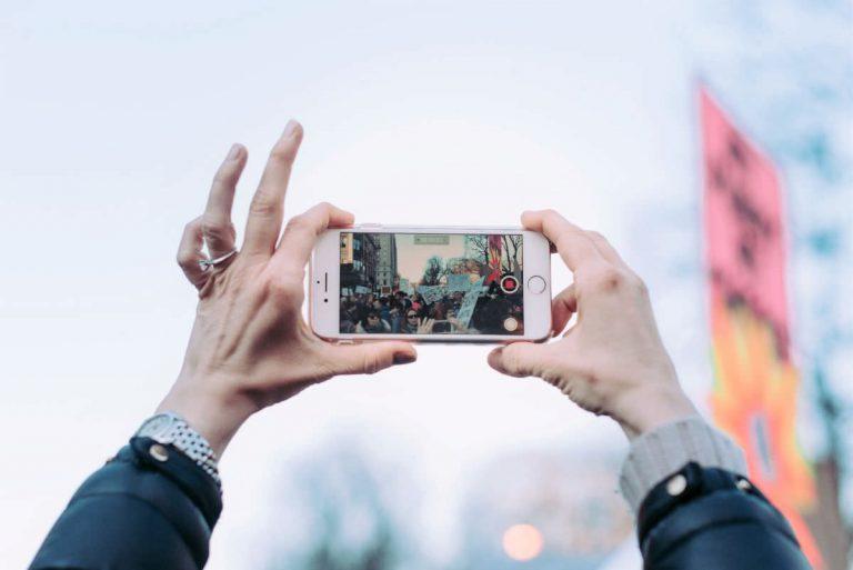 写真:横向きでカメラを使うiPhoneイメージ