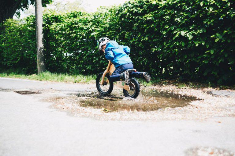 写真:自転車に乗る子供イメージ