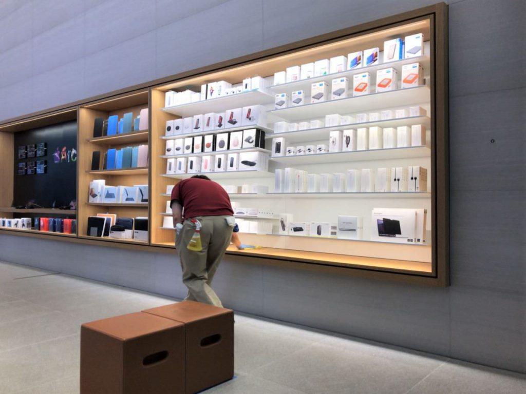 写真:AppleStore福岡天神の店内の様子。常に消毒してくれてました