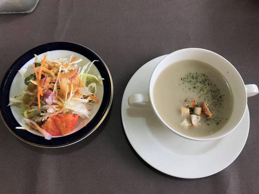 写真:福岡糸島 レストラン美咲亭のランチ ごぼうのスープとサラダ