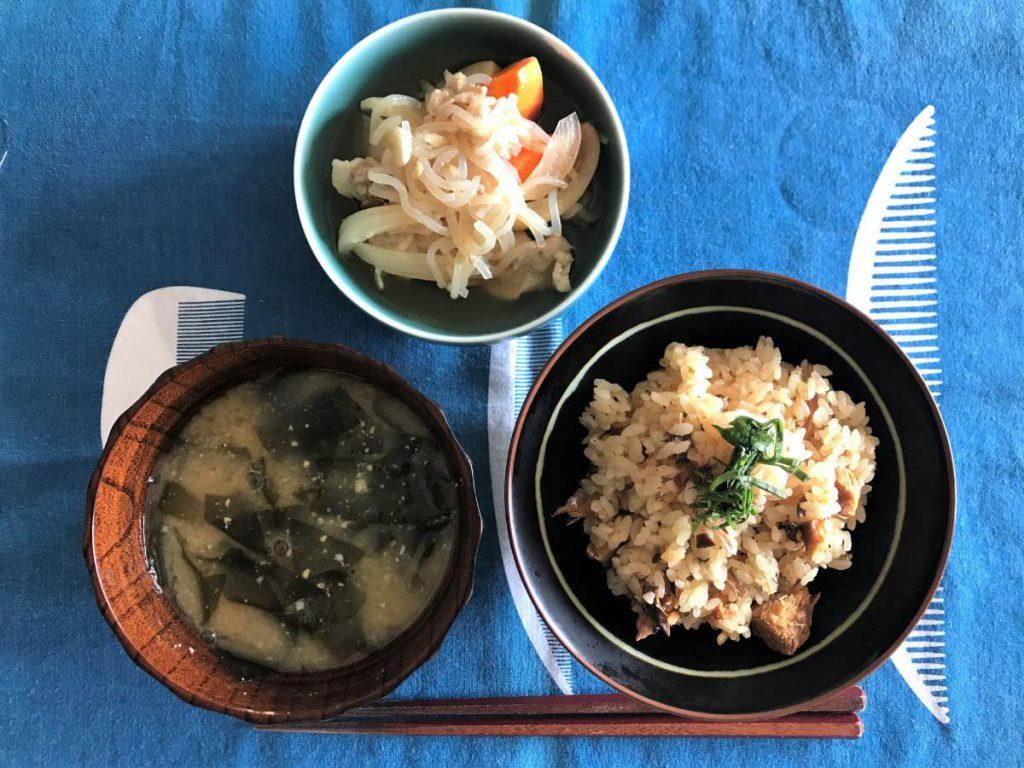 写真:サバ味噌煮缶の炊き込みご飯ランチ