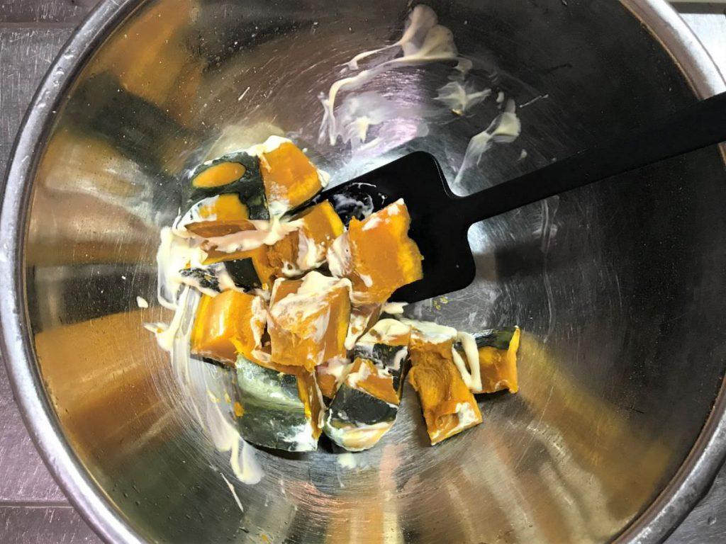写真:レンチンしたかぼちゃをマヨネーズで和える。