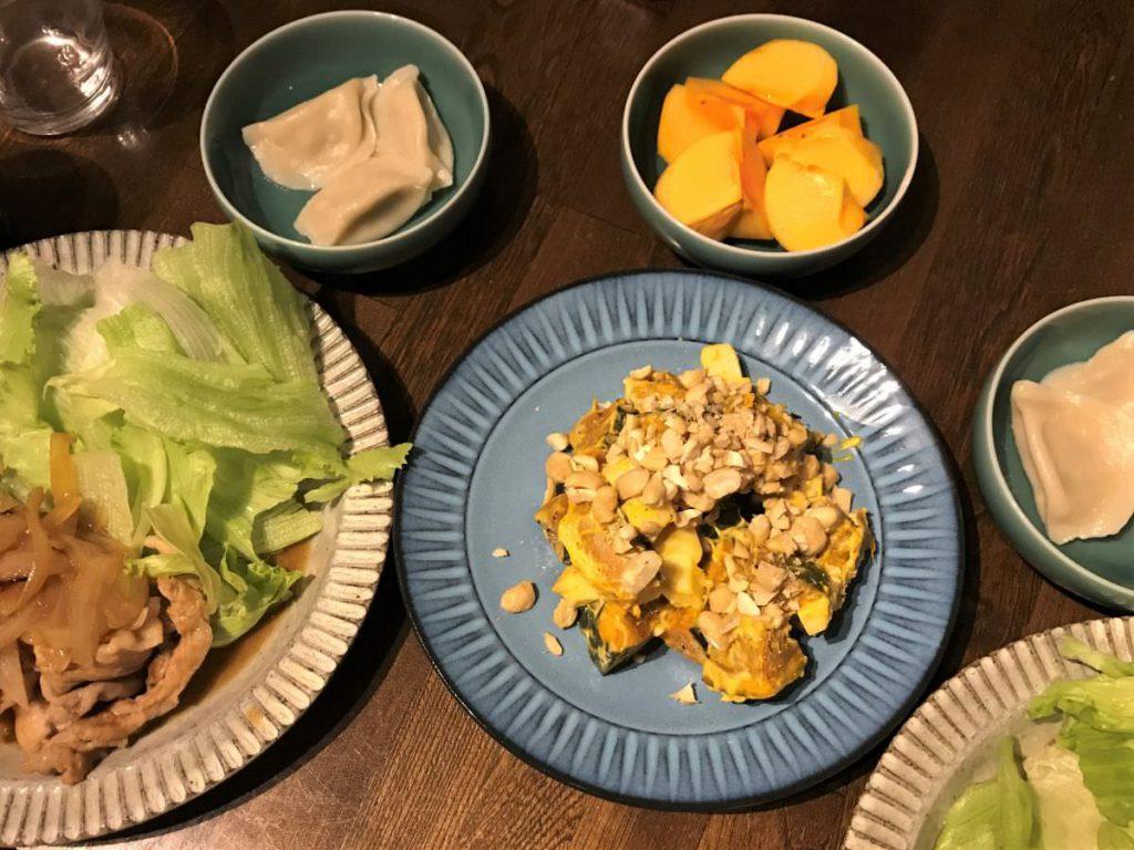 写真:かぼちゃサラダのある夕食