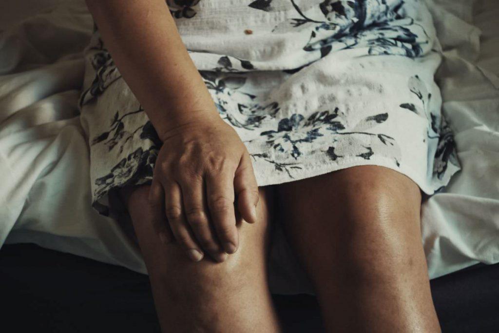 写真:膝痛イメージ