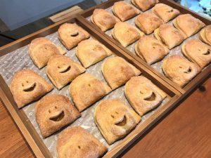 写真:福岡市西区「おやつラボ・ジョワ」アップルパイがずらりと並びます