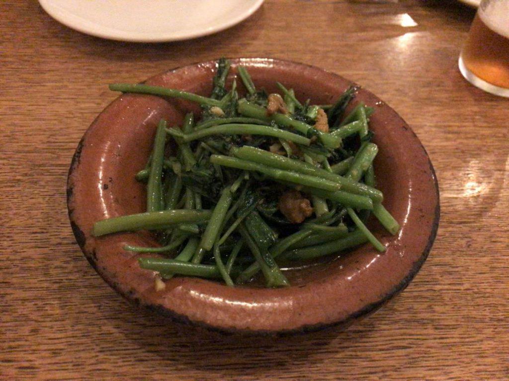 写真:東京日本橋 NIHONBASHI BREWERY. 空心菜とウニの炒め物