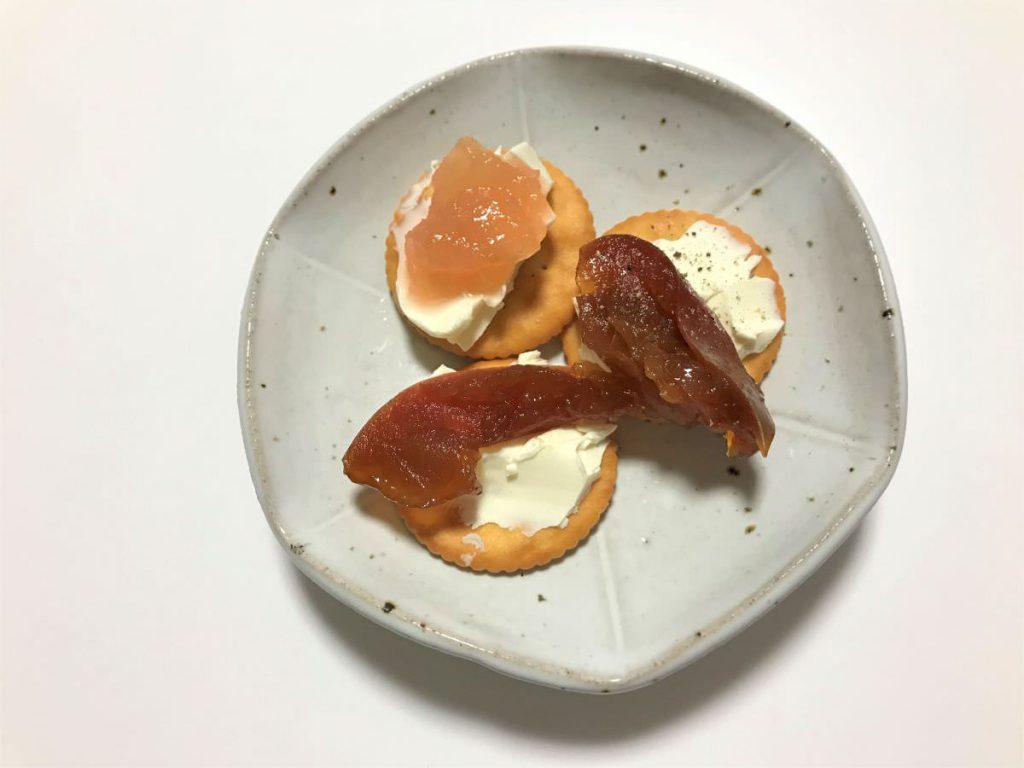 写真:りんごジャム、りんごキャラメル煮をクリームチーズと食べるおやつ