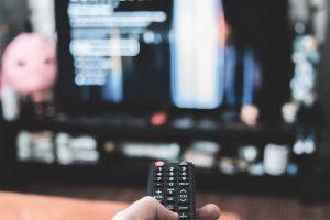 写真:テレビを見るイメージ