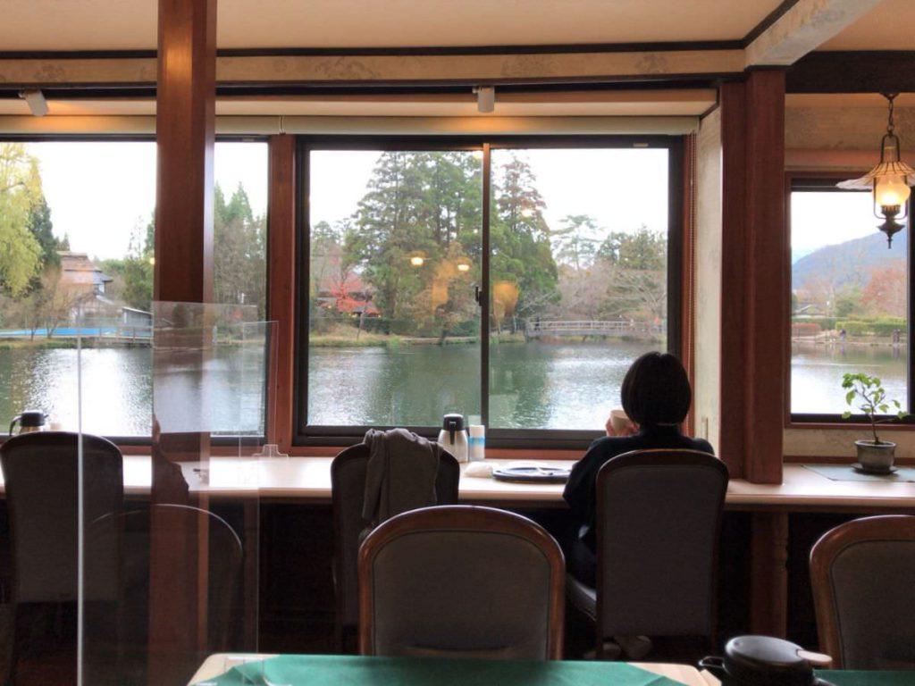 写真:大分由布院 レストラン洋灯舎のカウンター席でまったり