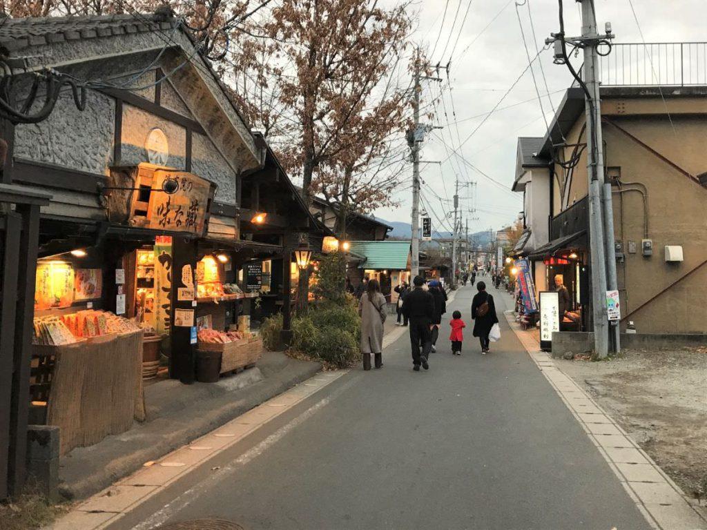 写真:大分由布院の夕暮れの街並み