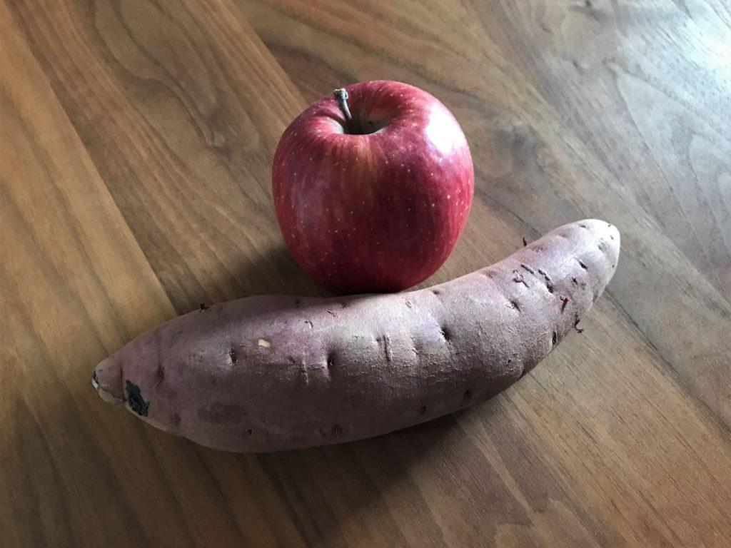 写真:りんごとさつまいもできんとんペーストを作ります