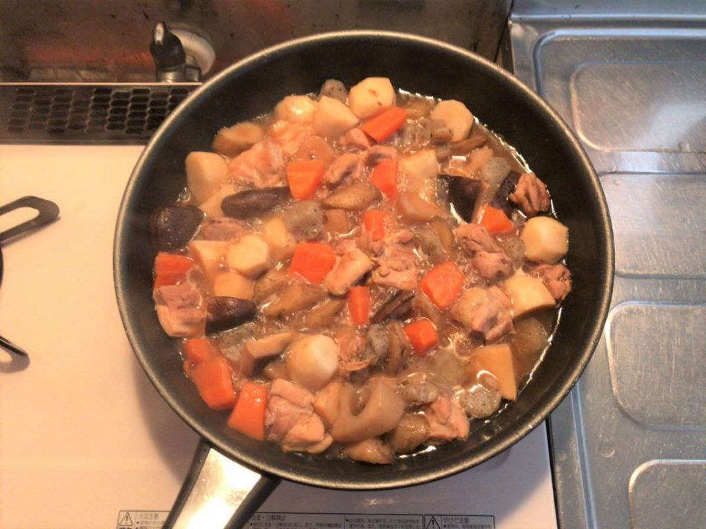 写真:フライパンで筑前煮を作る