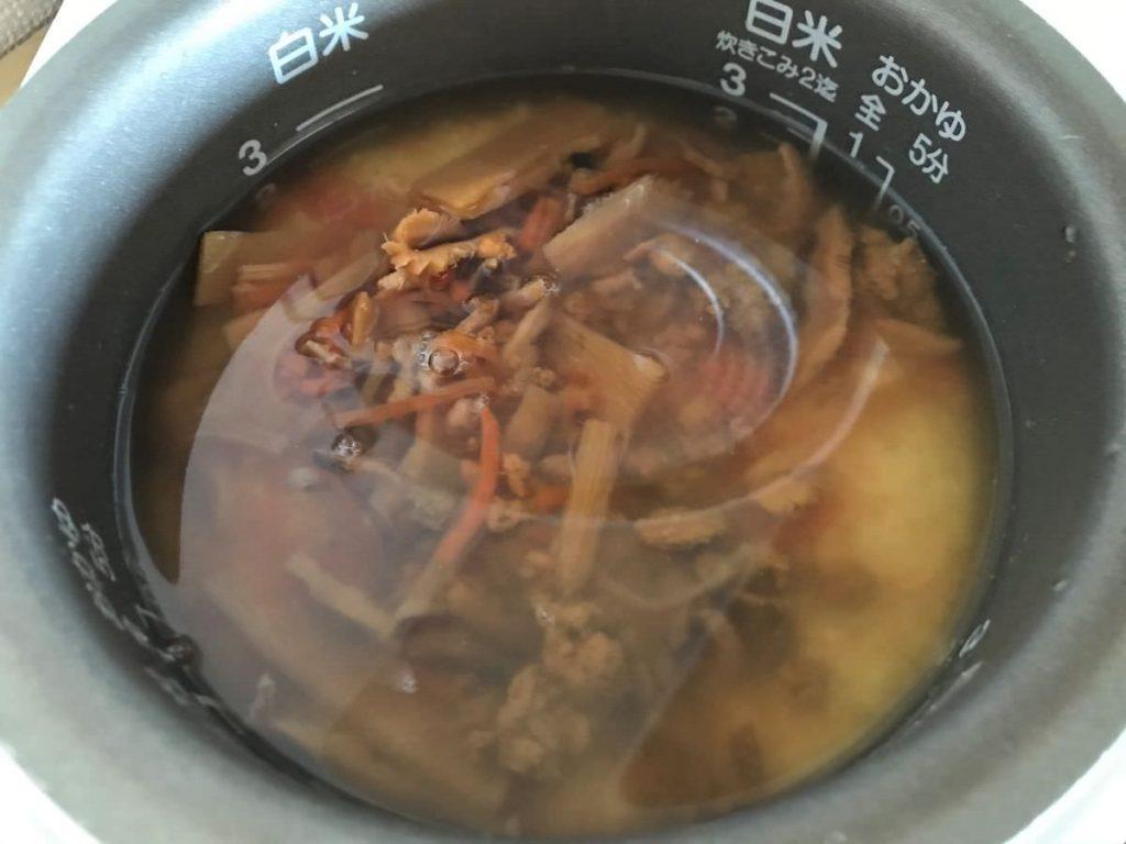 写真:うに炊き込みご飯をつくる