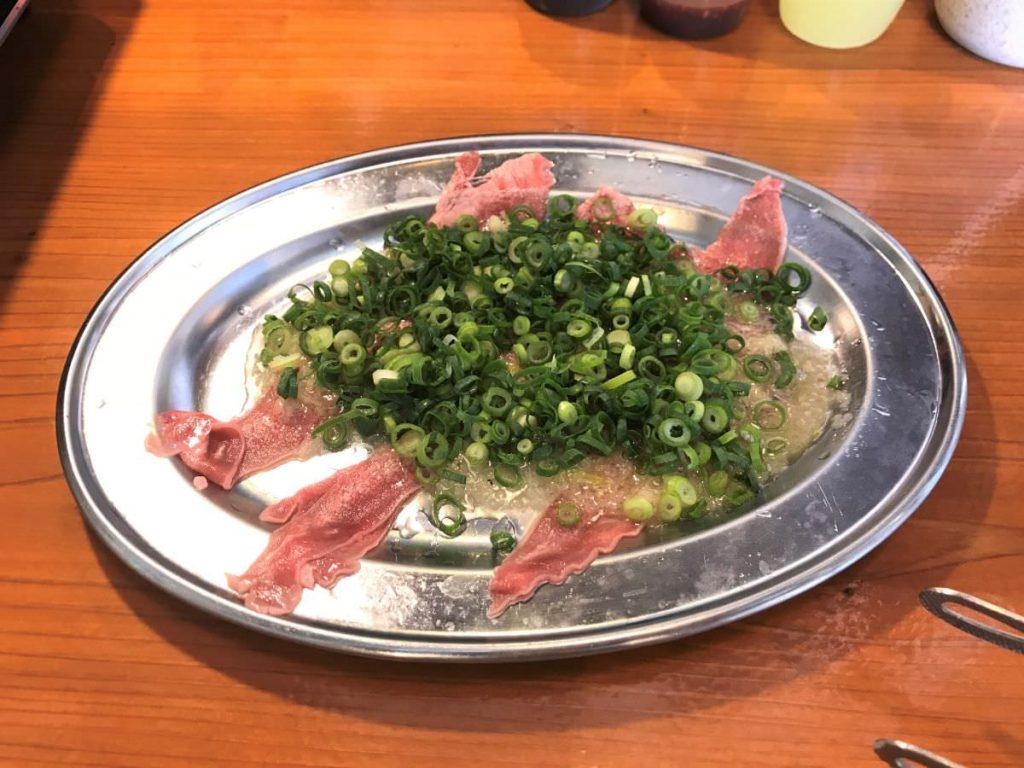写真:福岡糸島 大衆焼肉やまにく ねぎ盛りPタン