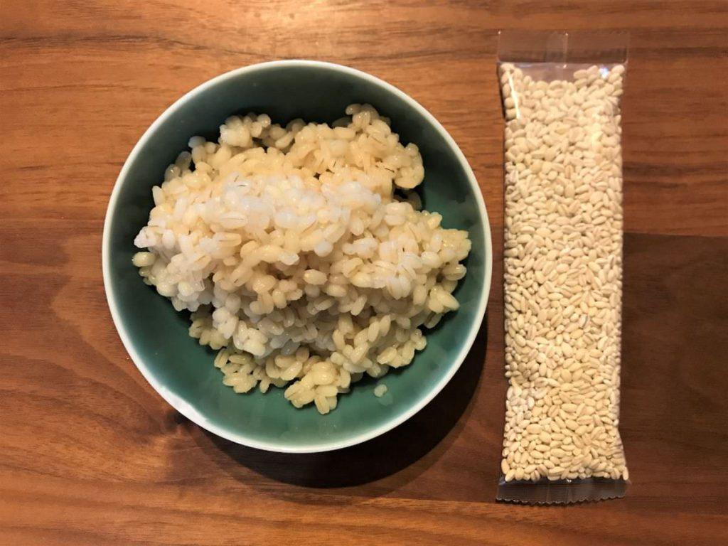 写真:ゆでたもち麦と生のもち麦