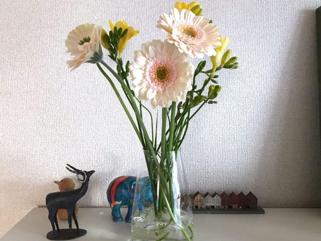 写真:花のある生活復活か?ガーベラとフリージア
