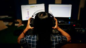 写真:音楽聞きながら仕事イメージ