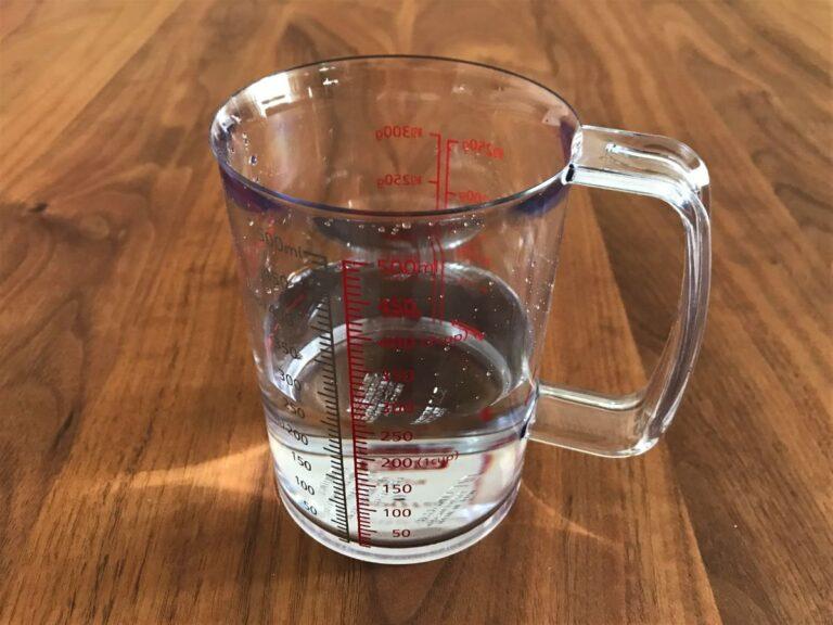 写真:軽量カップから水を注いでも水が垂れません