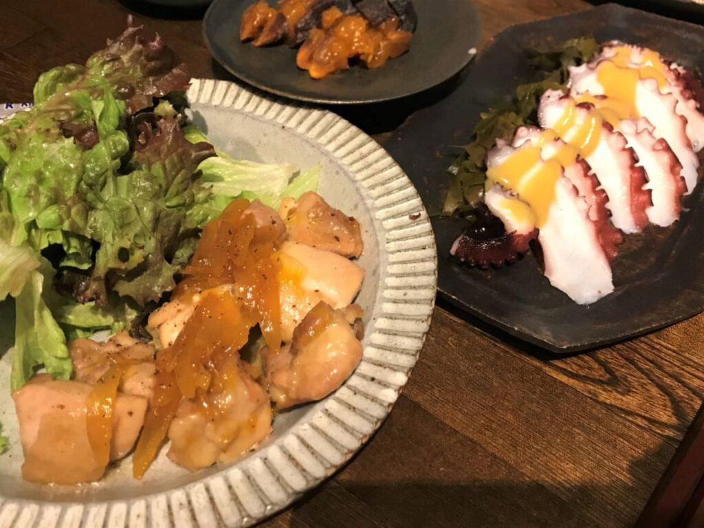写真:鶏肉のマーマレード焼きと、わかめとたこの酢味噌