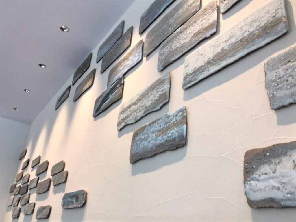 写真:唐津KARAE TABLE 店内に貼ってある唐津焼タイル
