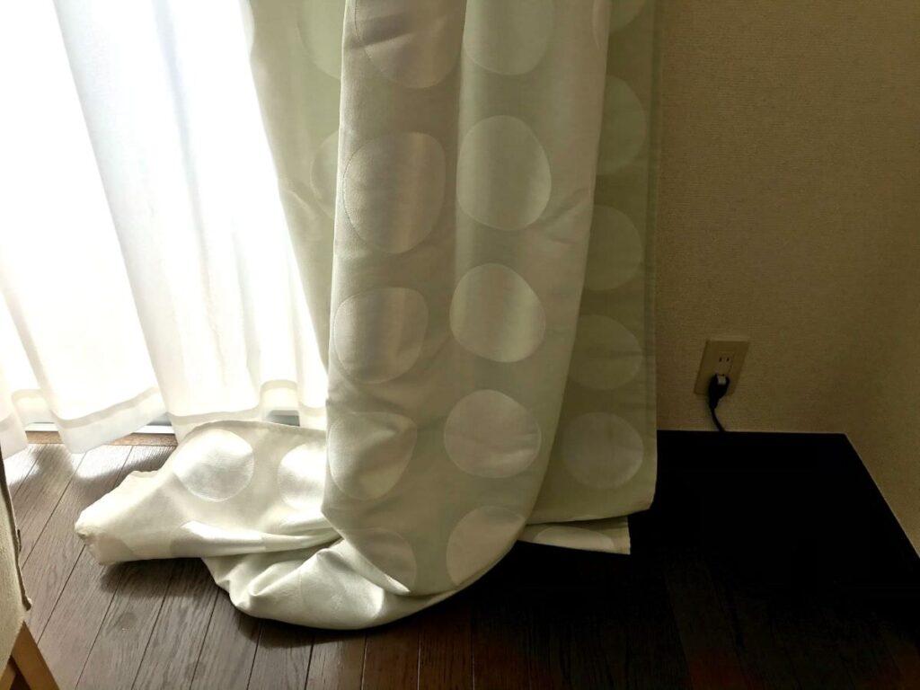 写真:裾をひきずったカーテン