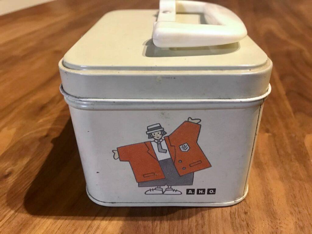 写真:昭和遺産な缶が裁縫道具入れです