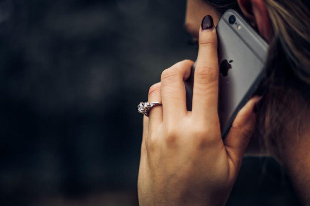 写真:電話するイメージ