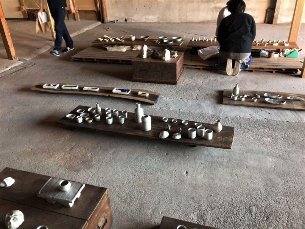 写真:倉庫のような場所で展示販売