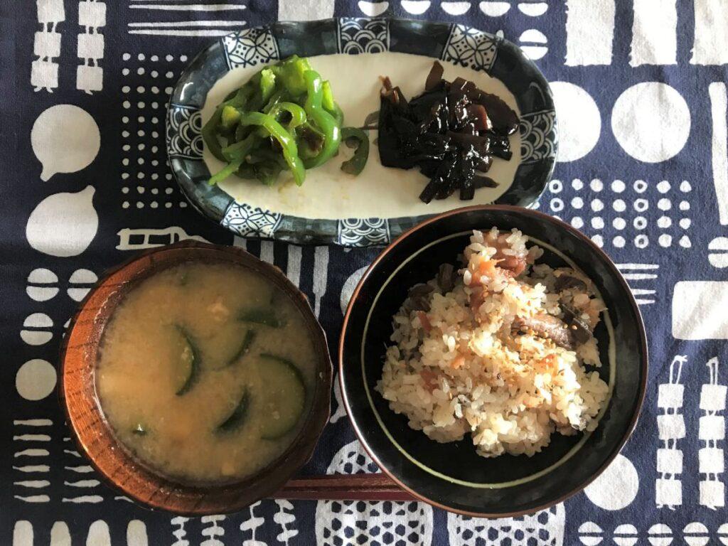 写真:サバ缶と梅干の炊き込みご飯とおかずたち