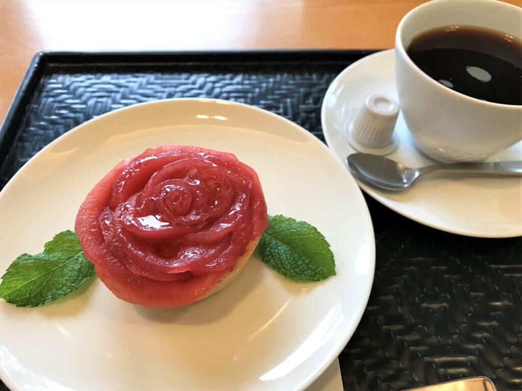 写真:久留米市美術館そばのカフェでバラのケーキを食べる