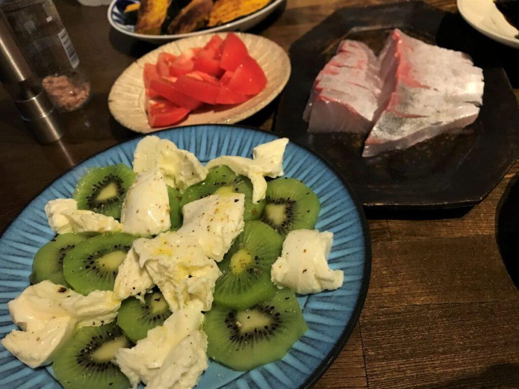 写真:キウイとモッツァレラチーズと夕食の品々