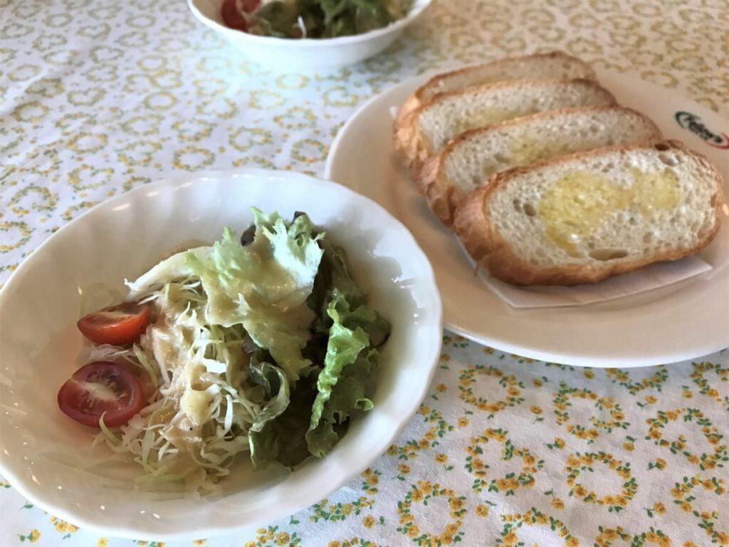 写真:長崎諫早 パスタクラブフェローズ ランチセットのサラダとパン